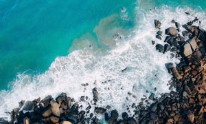 海边海浪和岩石鸟瞰图摄影图片