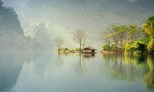 大山下的湖泊倒影高清摄影图片