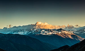 雪山山顶黄昏美景摄影图片