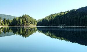 蓝天下的湖泊和山林美景摄影图片