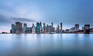 海邊城市夜景和橋梁攝影圖片