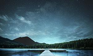 星空下的湖泊和木桥摄影图片