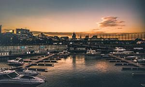 黃昏下的碼頭和游輪攝影圖片