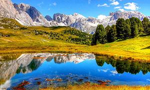 大山中美丽的水潭倒影摄影图片