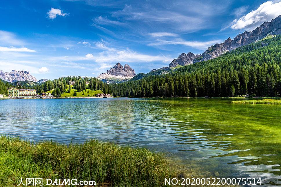 蓝天下的山林和湖泊景观摄影图片