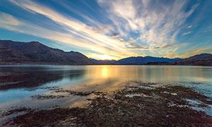 夕阳下的湖边美丽风光摄影图片