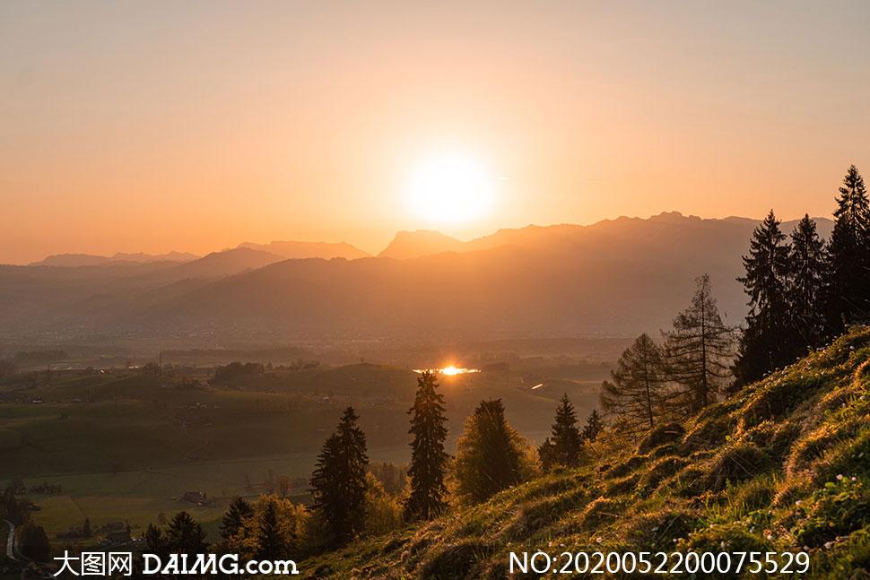 大山中的夕阳美景摄影图片