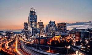 夜幕降臨下的城市建筑和馬路攝影圖片