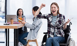 轮椅上的格子装扮美女摄影高清图片