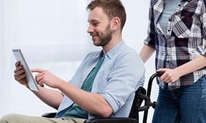 轮椅上的衬衫装扮男子摄影高清图片