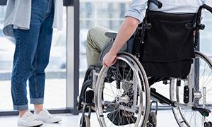 轮椅上的康复人物特写摄影高清图片