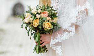 在美女新娘手中的捧花摄影高清图片