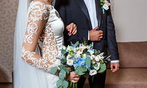 新郎与手拿花束的新娘摄影高清图片