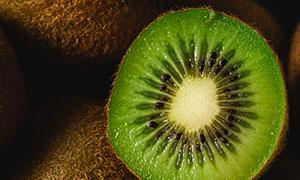 切开的香甜猕猴桃特写摄影高清图片