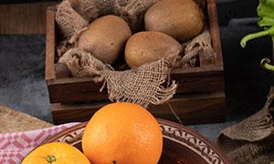 猕猴桃与盘子里的橙子摄影高清图片