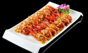 盤中擺放的蒜蓉小龍蝦攝影圖片