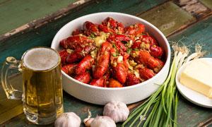 蒜泥小龍蝦和啤酒高清攝影圖片
