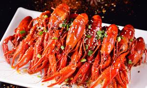 擺放整齊的香辣小龍蝦攝影圖片