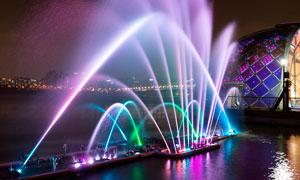 夜晚湖边彩色喷泉美景摄影图片