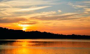 湖边夕阳西下美景摄影图片