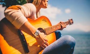 海边弹着吉他的美女摄影图片
