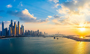 夕阳下的海边城市建筑摄影图片