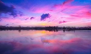 夕阳下海边倒影和彩云美景摄影图片