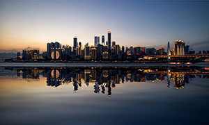 夜幕降临下的城市和倒影摄影图片