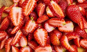 切开的草莓摄影图片