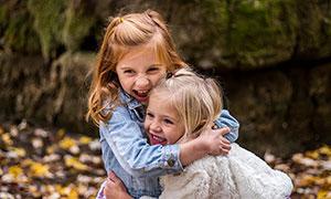 两个开心拥抱在一起的女孩摄影图片