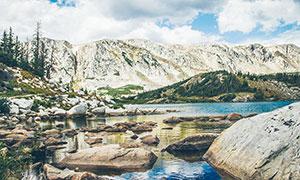 大山之中的岩石和湖面摄影图片