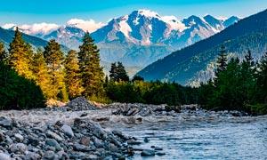 山脚下的树木和河流摄影图片