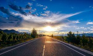 西藏高原上的公路美景摄影图片