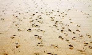 沙滩上的脚印创意摄影图片