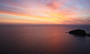 傍晚美丽的海平面和海岛摄影图片