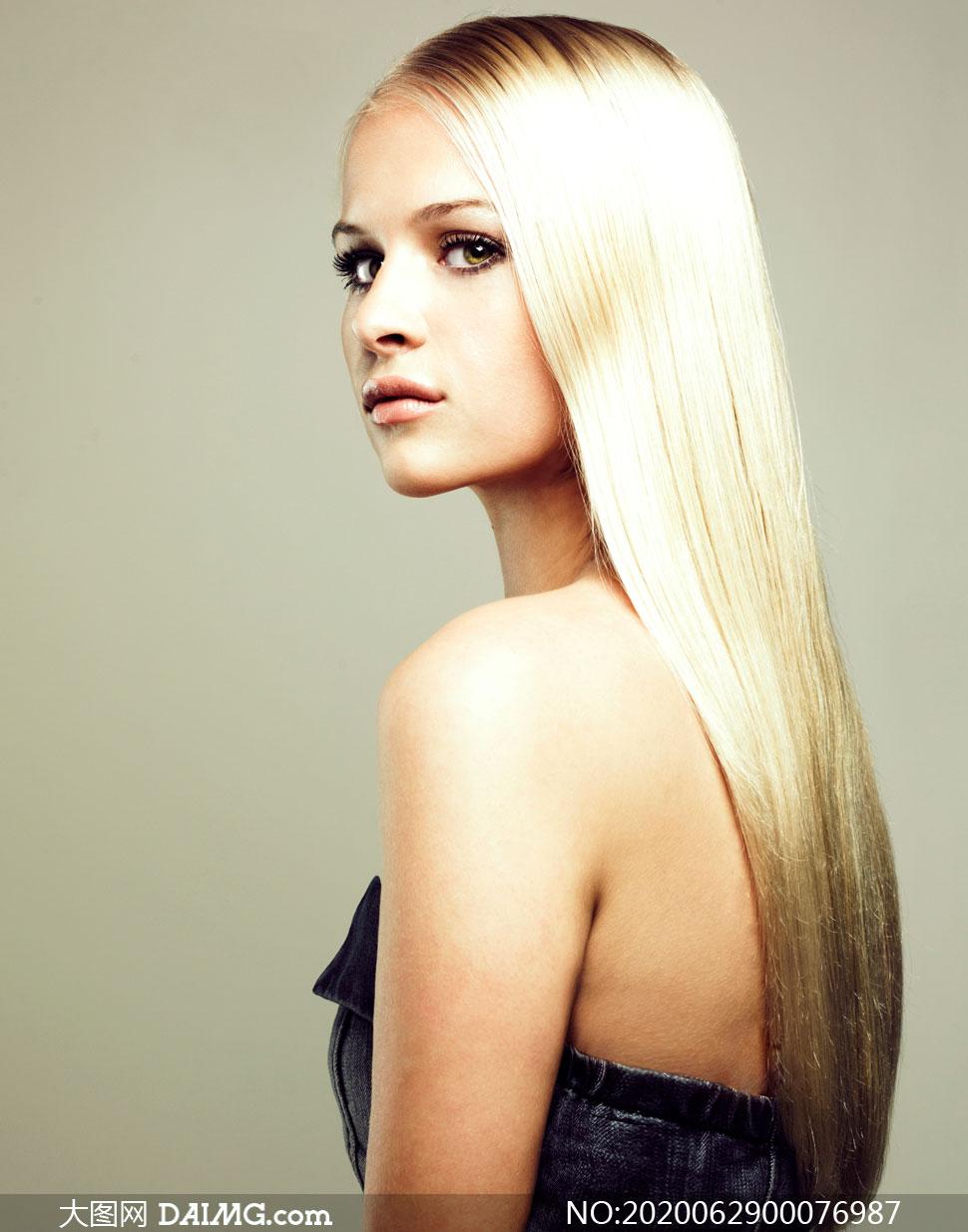 金色的长发披肩美女高清摄影图片