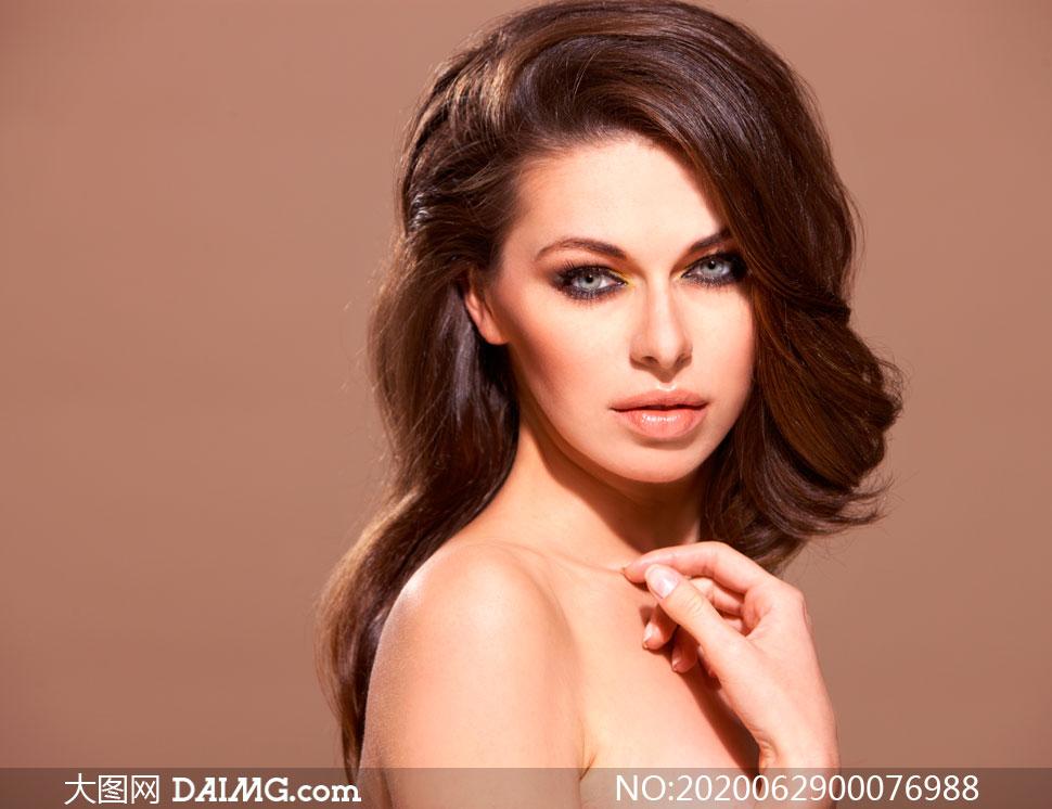 卷发性感的美女模特高清摄影图片
