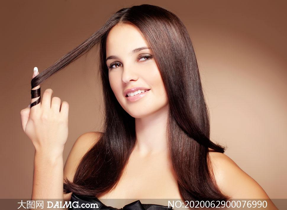 手卷起头发的美女模特摄影图片