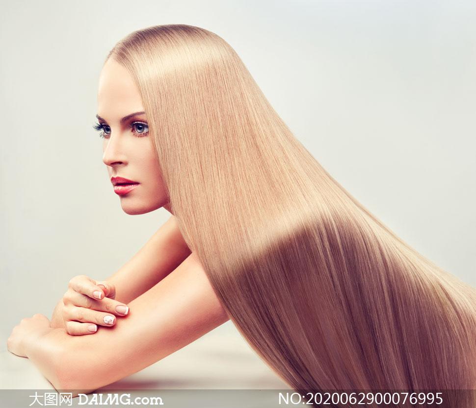 金色头发披在身上的发型模特摄影图片