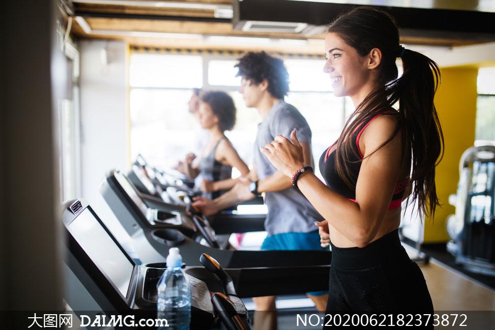 在健身房跑步男女人物摄影高清图片