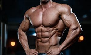 腹肌凸顯的叉腰男人物攝影高清圖片