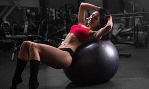 身體靠著健身球的美女攝影高清圖片