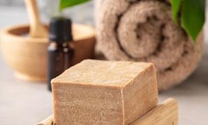 毛巾綠葉與手工皂物品攝影高清圖片