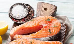 食盐香料与三文鱼食材摄影高清图片