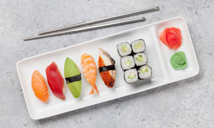 盘子里各种精致的寿司摄影高清图片