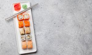 长方形盘子里的寿司与雕花高清图片