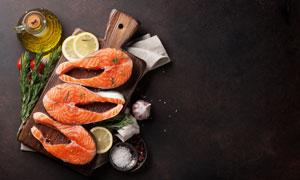 食用油与砧板上的三文鱼等高清图片