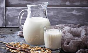 燕麦与新鲜的牛奶特写摄影高清图片