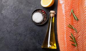 橄榄油三文鱼与香料等特写摄影图片