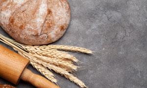 擀面杖与麦穗面包特写摄影高清图片